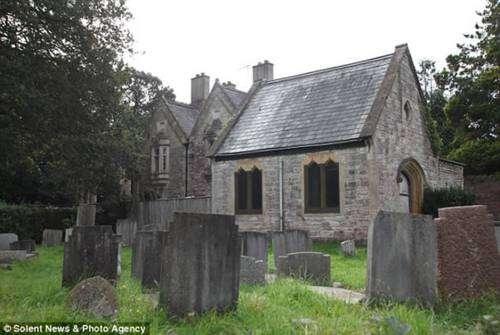 Noticias Curiosas - Familia vive en un cementerio
